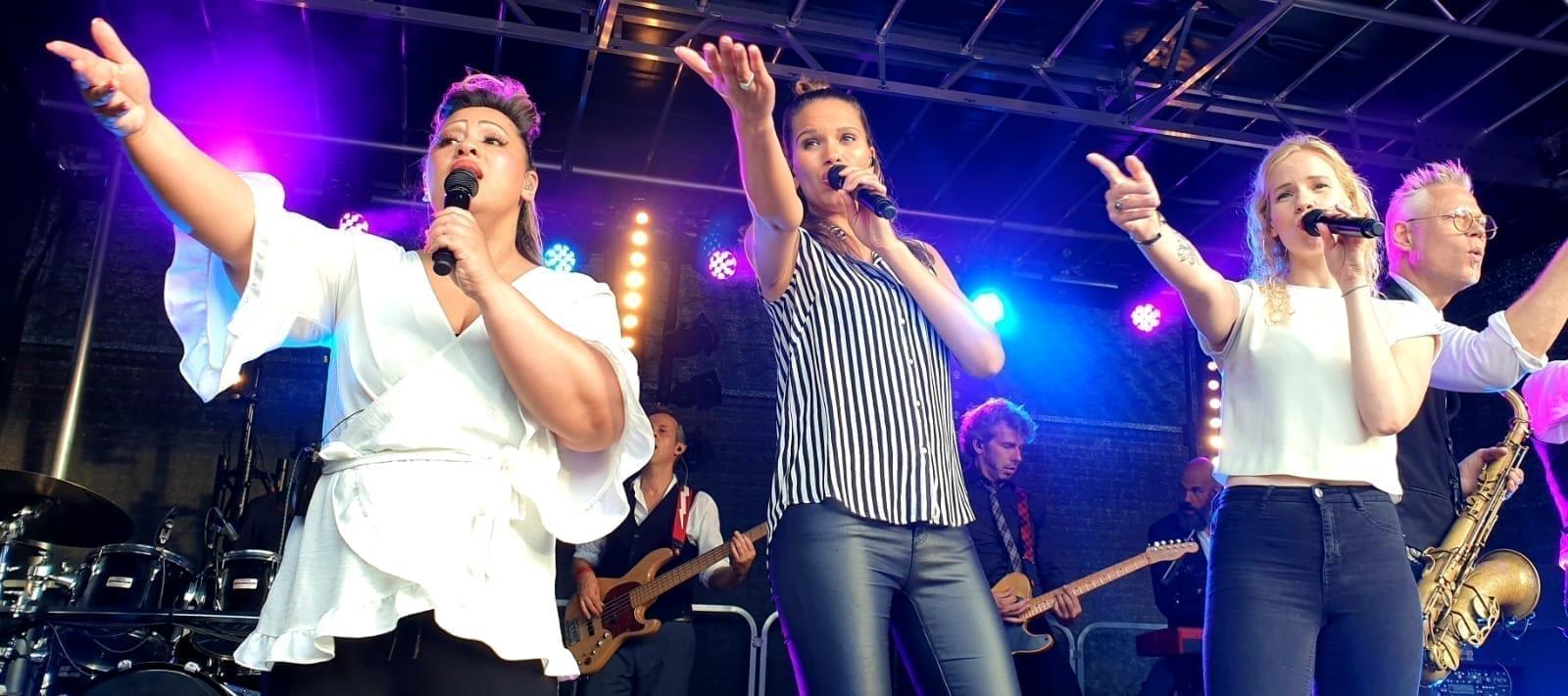 Haringparty in Breda was wederom een feestelijk muzikaal eetfestijn   feestband.com