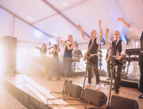 Strandfeest voor jubileum Vinites op Ajuma Beach in Zandvoort