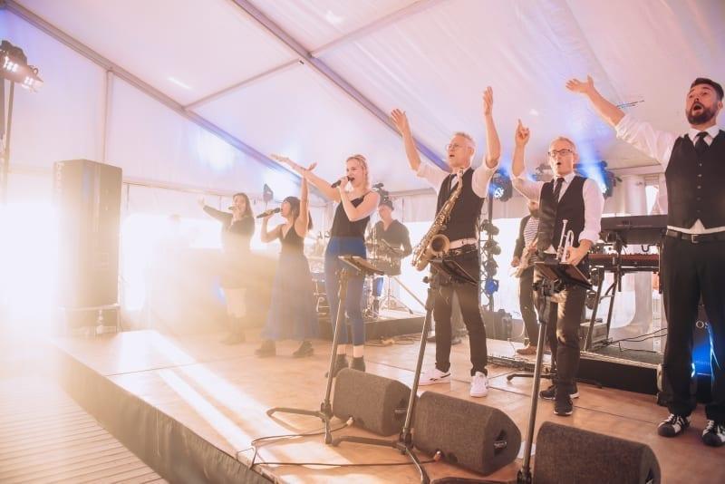Strandfeest voor jubileum Vinites op Ajuma Beach in Zandvoort   feestband.com